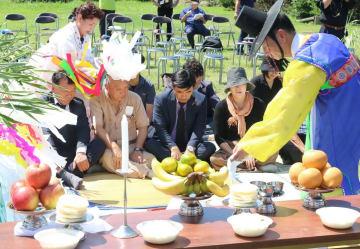 済州島の伝統的な葬送儀礼で「4・3事件」の犠牲者を追悼した慰霊祭=対馬市上県町佐護、湊浜シーランドステージ