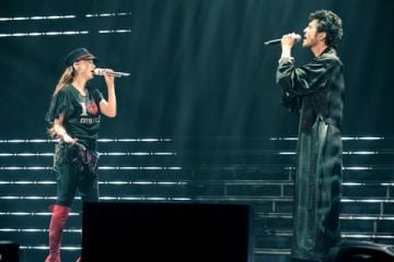 「WE LOVE NAMIE HANABI SHOW 前夜祭~I LOVE OKINAWA/I LOVE MUSIC~supported by セブン-イレブン」に出演した安室奈美恵さん(左)と平井堅さん