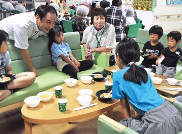 会話しながら食事を楽しむ児童ら