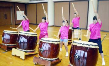 10月のイタリア公演に向け、練習に励む太鼓一家のメンバー=吉野川市川島町の市交流センター