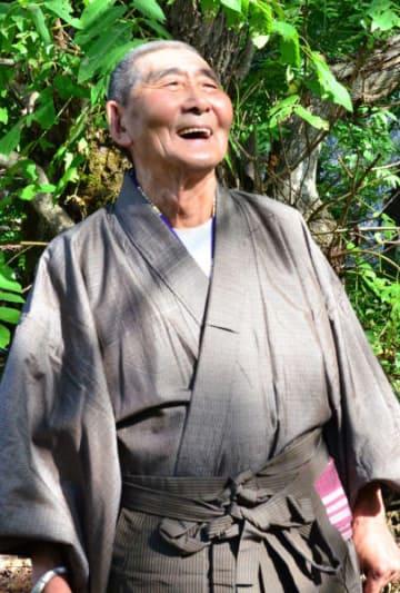 本番に向けて練習する山岸吉男さん。古里への思いを唄に込める=岩泉町門