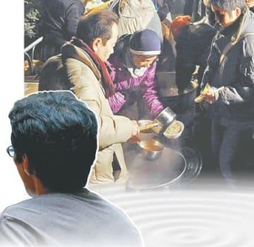 2008年のリーマン・ショック後に派遣契約を打ち切られた男性(左下)。同じ年、東京では年越し派遣村が注目を集めた=写真はコラージュ
