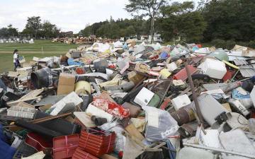 北海道厚真町のパークゴルフ場に運び込まれた大量の災害ごみ=17日午後