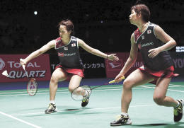 女子ダブルス決勝で中国ペアを破って優勝した福島(左)、広田組
