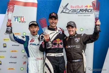 表彰台に上がり歓喜を上げる3名。左から2位の室屋、優勝したソンカ、3位にマット・ホール