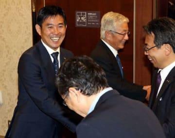 就任を祝う会終了後、出席者を笑顔で見送る日本代表の森保監督=奥左