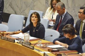 北朝鮮制裁決議の履行を巡る国連安全保障理事会の緊急会合に参加したヘイリー米国連大使(左)=17日、ニューヨーク(共同)