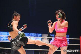 浅倉(右)にローキックを見舞うRENA(左)。戦いを終えてノーサイドとなった