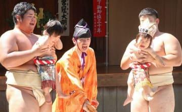 赤ちゃんの大きな泣き声が響いた泣き相撲 =伊勢原市三ノ宮の比々多神社
