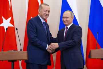 首脳会談後の共同記者会見を終え、握手するロシアのプーチン大統領(右)とトルコのエルドアン大統領=17日、ロシア・ソチ(AP=共同)