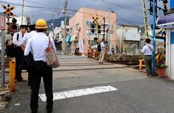 踏切事故の現場を確認する阪急電鉄の社員ら=17日午後、神戸市灘区中原通