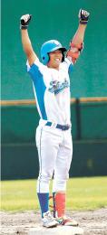 仙台大-学院大 7回に勝ち越しの2点二塁打を放ち、塁上で両手を挙げる学院大の馬目