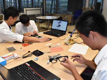 「OTON GLASS」を組み立てる高校生たち=大垣市今宿、ドリーム・コア