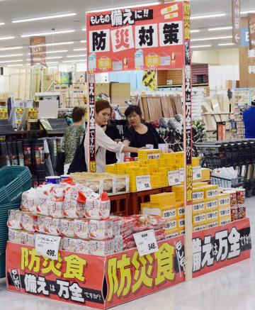 防災用品の商品棚を見る女性客ら=千葉市稲毛区のジョイフル本田千葉店