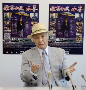 映画「駄菓子屋小春」の完成を報告する俳優集団「悪役商会」の代表八名信夫さん=18日午前、熊本県庁