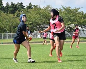 実戦形式で練習する青森県チームの選手たち。