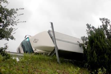 名神高速道路上り線で横転したトラック(4日、東近江市)
