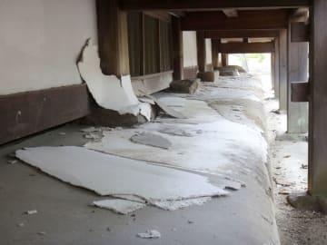 台風21号の影響でめくれた法隆寺律学院本堂の縁の下のしっくい塗り(奈良県教育委員会提供)