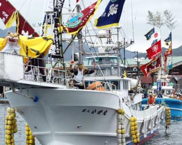 2008年の大槌まつりで行われた引き船。22日に東日本大震災後初めて復活する=大槌町安渡