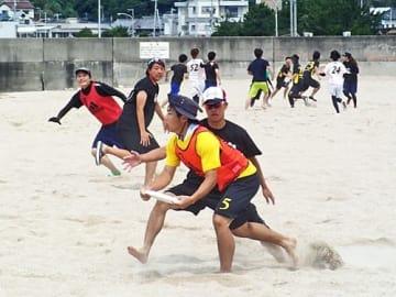 【国際大会が白浜町の白良浜で開催されることになったビーチアルティメット(和歌山県フライングディスク協会提供)】