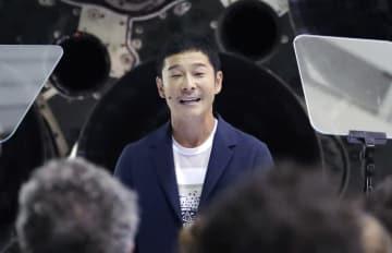 米宇宙ベンチャー「スペースX」の大型ロケットで月旅行する契約を初めて結び、スピーチする前沢友作氏=17日、米カリフォルニア州(AP=共同)