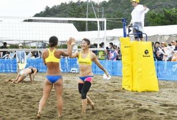 大勢の観客が詰めかけた福井国体のビーチバレー競技=9月10日、福井県小浜市の若狭鯉川シーサイドパーク