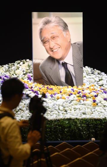 浅利慶太さんのお別れの会で祭壇に飾られた遺影=18日午後、東京都内のホテル
