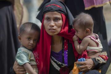 ミャンマーからバングラデシュに避難したロヒンギャの女性と子ども=2017年10月(AP=共同)