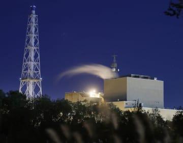 再稼働に向け試運転が続く北海道電力の苫東厚真火力発電所1号機=18日午後、北海道厚真町