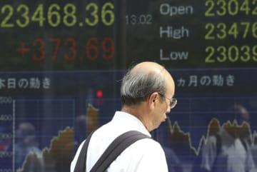 東京都内の株価ボード=18日(AP=共同)