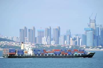 中国山東省青島市の沖合を進むコンテナ船=13日(AP=共同)