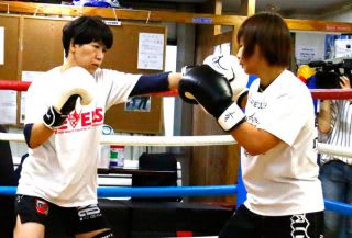 練習仲間である浅倉カンナ(右)とのマススパーを披露する黒部(左)