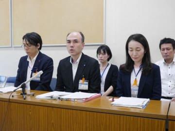 いじめ重大事態の調査結果について説明する横浜市教委の担当者=横浜市役所