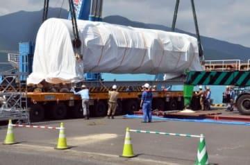 陸揚げされる固体燃料ロケット「イプシロン4号機」の一部=肝付町の内之浦港