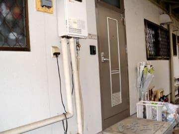 乳児放置事件の現場となったアパート=13日午後4時ごろ、草加市