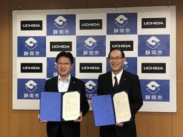 包括連携協定調印式の田辺信宏・静岡市長(左)と高井尚一郎・内田洋行 取締役常務執行役員 営業統括グループ 統括