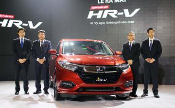 小型SUV「HR—V」を披露するHVNの桑原社長(右から2人目)ら=18日、ハノイ