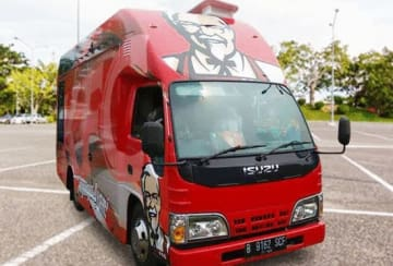 FFIの移動式店舗「KFCフードバス」(同社ツイッターより)
