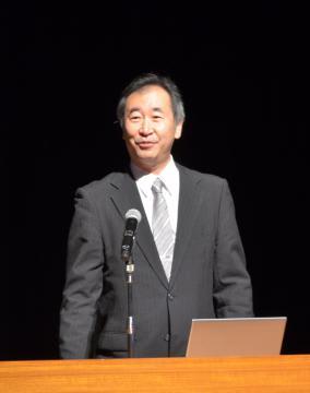 県立水戸一高の生徒を対象に講演したノーベル物理学賞受賞者の梶田隆章さん=水戸市千波町
