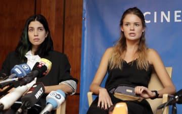 18日、ベルリンで記者会見するナディア・トロコンニコワさん(左)ら(AP=共同)