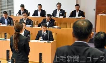 不信任決議案の採決で、賛成して起立する議員を見る前田氏(中央)=18日午前11時50分ごろ