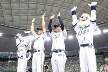 18日のヒーローとなった西武・秋山(左)と多和田【写真:荒川祐史】