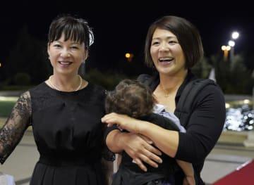 国際柔道連盟の殿堂入りを祝う式典に到着した、故斉藤仁氏の妻・三恵子さん(左)と谷本歩実さん=18日、バクー(共同)