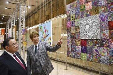 18日、パリで開かれた展覧会の内覧会で木寺昌人駐フランス大使(左)に作品を説明する香取慎吾さん(共同)