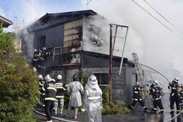消火作業に当たる消防隊員=18日午前9時半ごろ、八戸市田向檀ノ平