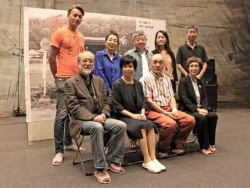 公演の見どころを語った竹下景子さん(前列左から2人目)ら=可児市下恵土、市文化創造センター