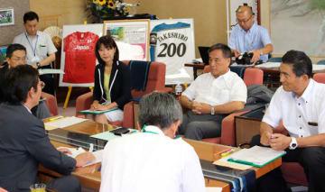 【竹上市長(左)と懇談する3県議=松阪市役所で】