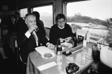 移り行く景色を眺めながら食堂車最後の食事を楽しむ鉄道ファン=寝台特急「さくら」