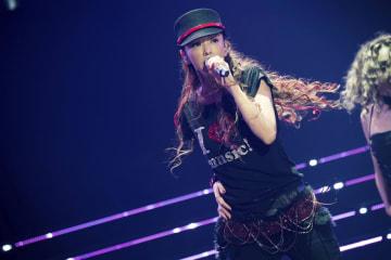 15日、沖縄でのラストライブで歌う安室奈美恵さん