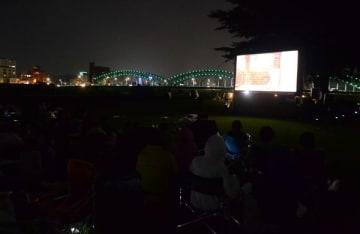 渡良瀬川の河川敷で開かれた野外上映会